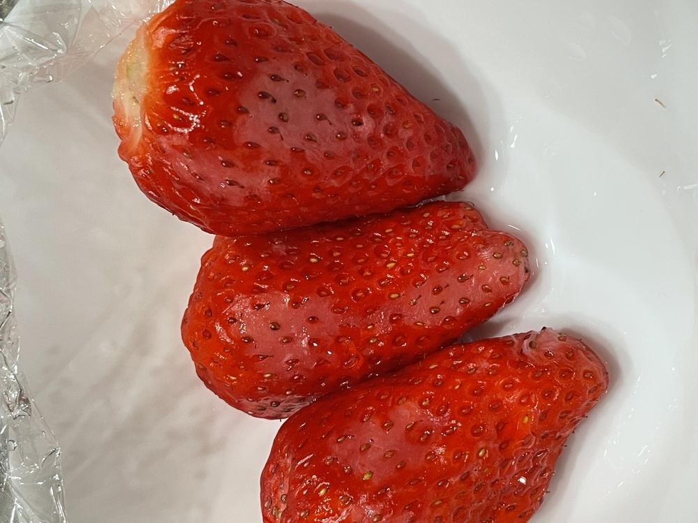 苺に白い部分があるんですが、カビでしょうか?毛羽ってはないです。食べても問題ないでしょうか? ちなみにスーパーで4日くらい前に特売で買った苺です。