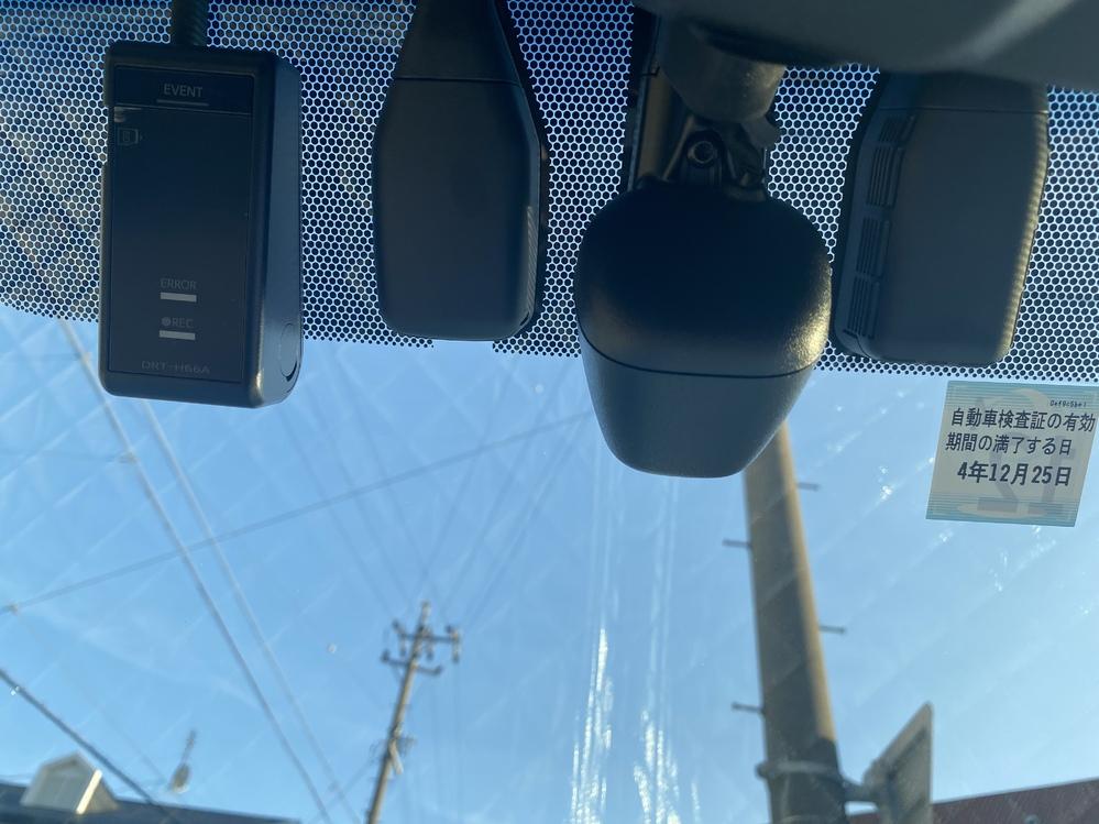 30アルファードのフロントガラス上部についてる物で左からドラレコ、レインセンサー、 オートマチックハイビームまではわかるんですが1番右についてるやつはなんでしょうか?