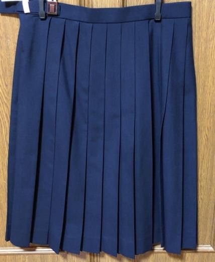 制服の紺のプリーツスカートに合うトップスを教えてください。 学校帰りに上だけ着替えて遊びたいです。 肩幅広いのでカバーできたら嬉しいです。 よろしくお願いします