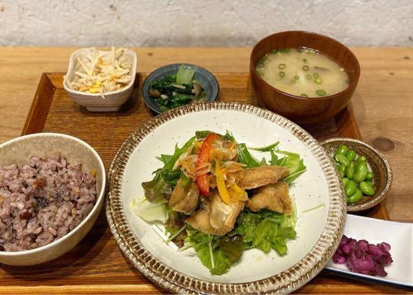 十五穀米 150g 鯖の南蛮 味噌汁と副菜 この写真の定食のカロリーはおよそどのくらいでしょうか?