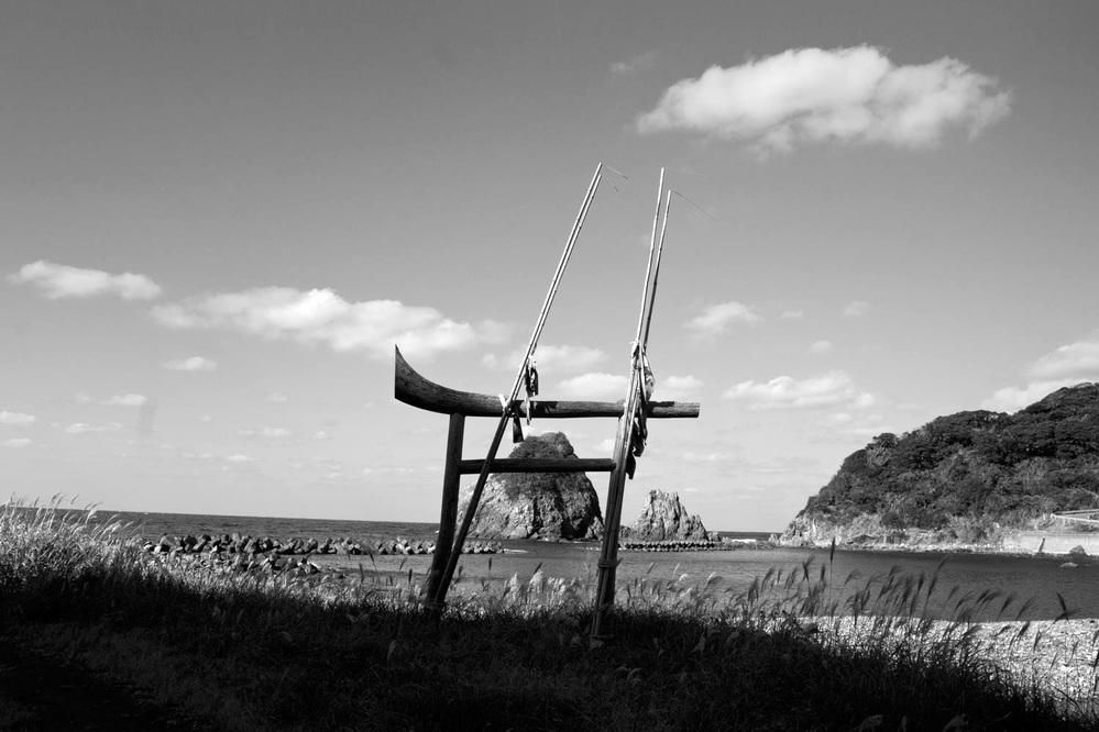 写真は「神宿る島」宗像・沖ノ島と関連遺産群の一部である中津宮がある島の北岸に佇む鳥居です。この先には沖の島があります。 太陽で株部分が陰り空との分離が良くなるまで待ちました。何故、このような無名の鳥居を記録しようと・・・貴方なら何が原因と読まれますか。