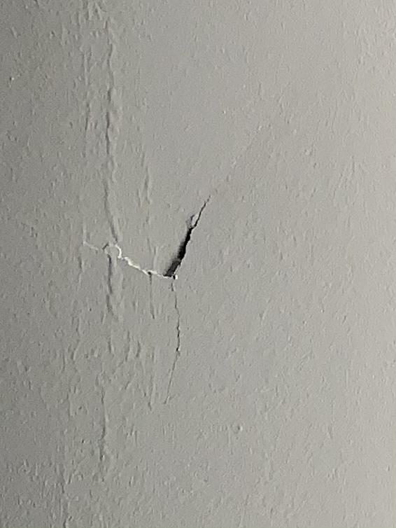 現在、家の外壁塗装をしています。 本日は軒天を塗って頂いたのですが、家は玄関前が車庫になっており(その上も軒天です)、塗った軒天を眺めていると何かに当てたような、へこみ傷があり職人さんがぶつけたのか、それとも長年の劣化で出来た物なのか判断に困ってます。 因みにいつも玄関前で喫煙していてこの様な傷は無かったと思います、職人さんとトラブルになりたく無いので、詳しいプロの皆様、是非回答宜しくお願い致します。