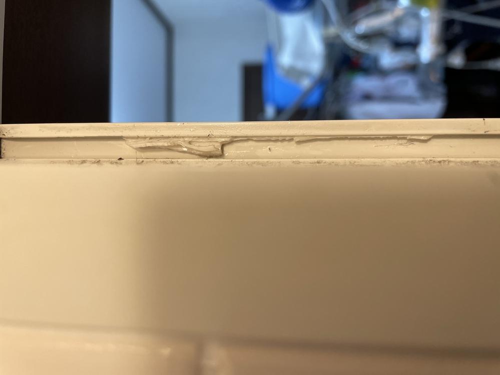 急ぎで教えてください。 浴室ドアのパッキン交換しようとしたところ劣化で硬くなり、画像のようにはめ込みの溝に千切れて残ってしまいました。 いろいろとマイナスドライバー使用したり、歯石を取るのに使うスケーラー使ったりしてみましたが硬くてびくともしません。 何か痛めずにパッキンを柔らかくして(溶かして?)外す薬剤か、物理的に外す為に最適な工具類等ありますでしょうか? ご教授いだだけますと幸いです。よろしくお願い致します。 ※パッキンの形状はΩ型です