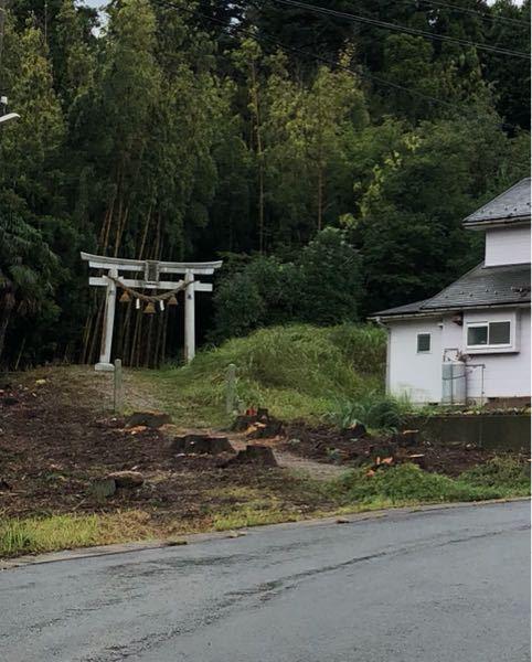 家の横に氏子神社の鳥居があります。鳥居から薮の奥役300mに神殿があります。このような立地環境に関して何か意味がありますか? ちなみに家は自宅です 日々平穏な生活が出来て感謝しておりますが