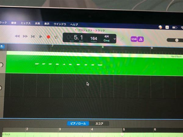 Mac版ガレージバンドについて質問です。 ⌘+Kで演奏してそれを録音したのですが、その時に、押している間だけピッチが1音上と下に変られるキーを使ったら、そのピッチ変更の効果が音を削除したあとも残ってしまって、他の音を入れた時にぐにゃぐにゃ音程が変わって不便です。画像の││||みたいな濃い緑のがその効果がかかっているところなのですが、これはどうすれば消せるでしょうか? また、もしこの効果を実際のコマンドキー演奏でなく編集でかけられる方法があったら、それもおしえていただきたいです。