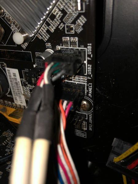パソコンが通電しない原因 こんにちは。本日マザーボードを購入し、組み立てをしたのですが、通電しません。 電源ユニットが原因かと思い、前に使っていたものに変えてみたのですが、変わりませんでした。 マザボはBIOSTAR H81MHV3です。cpuはちゃんと調べたのでソケットに合っています。 配線が違うのでしょうか?それとも初期不良なのでしょうか?もしくはcpuが壊れているのでしょうか? 見分け方などありますか? その他あったほうが良い情報はありますでしょうか? よろしくお願い致します。 (写真じゃ分からないかと思いますが、一応貼りつけておきます)