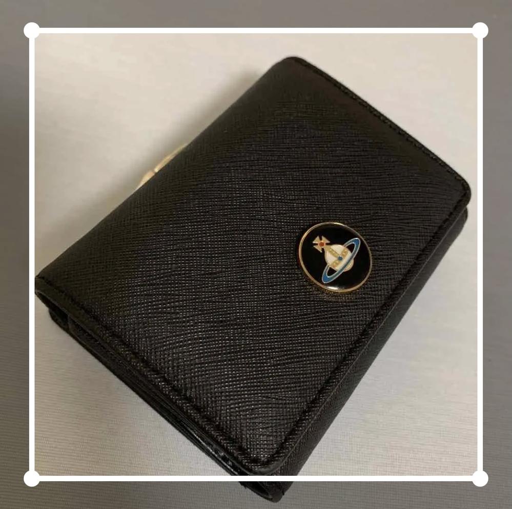 探しものです、 某フリマアプリで見つけた(販売済) こちらの財布を探しています。 ネットを駆使して見つけようと試みたのですが全く分からないので 詳しい方がいたら教えて頂きたいです、! Vivienne Westwood ・三つ折財布 ・がま口 このオーブのものです よろしくお願いします(><)