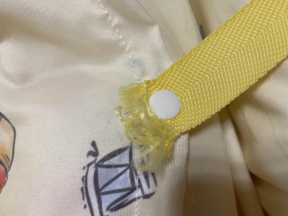 直す方法、アイデアをお願いします。 お昼寝布団の袋の上を止める紐がほつれてしまいました。1週間前はなんともなかったですが、金曜に持ち帰ったらほつれていました。補修の仕方がわかる方、アイデアがある...