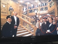 タイタニックの最後の螺旋階段のシーンで出ているこの2人はどこのシーンに出ていたかご存知の方はいらっしゃいますか? まあまあのいいポジションなのに誰だか思い出せず…