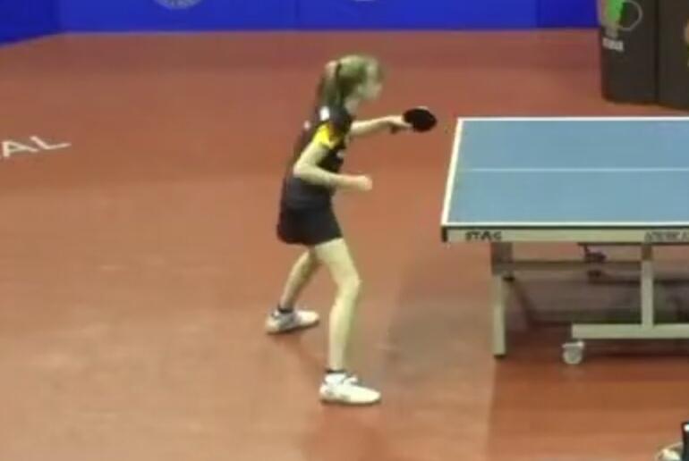 美少女が卓球する動画がアップされていたのです。金髪のポニーテールで足がすらっとしていたのですが、どうしたら私もこうなれますか?卓球