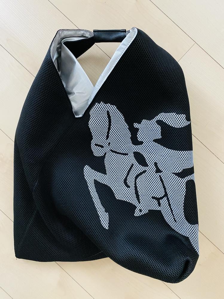 こちらのバッグにデザインからブランド名を教えてください。タグやブランド名が一切付いていないので全く分かりません。 どなたか教えて下さい。m(_ _)mよろしくお願いします。