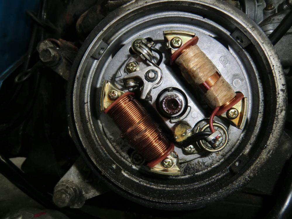プラグがスパークしません 車種はダイハツ・フェロー2ST 50cc 30年ぶりにキックしたところ クランキングしてくれますが始動しません 新品のイグニッションコイルにとりかえても同じです 点火トラブルはジエネレター側と疑い 開いてみました(画像) チェックヶ所のアドバイスをお願いします。
