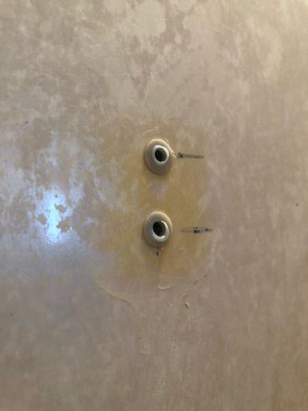 素人のDIYです。浴室のシャワー固定具の取り替えで困っています。 古いものを取り外すと写真のようになっていて、穴がプラスチック系の?コレは何でしょう?充填剤が硬化したもの? 金属ならナッターかとも思いましたが金属ではなかったです。シャワーホルダーと密着していたので充填剤? 問題はこれが下穴と固定されずネジが供回りするのでもうこれは切って奥側に落としました。すると下穴の径は6.5mm程度でした。しかしホルダーのネジはM5でした。 下穴にコーキング剤を充填してホルダーを接着し、ネジを入れてもネジ山がないので、そんなので固定されるのでしょうか? こうゆう場合どうするのか詳しい方教えてもらえないでしょうか。よろしくお願いします。