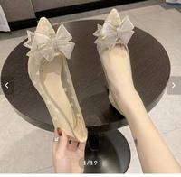 こういうパンプスを履く場合素足ですか?それとも靴下はきますか? 写真の感じだと透けるタイプだと思います…
