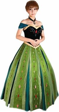 アナ雪のドレス(戴冠式用)を着て身体を回転させるとスカートはどうなる? . この画像は、ディズニー映画「アナと雪の女王」の主人公であるアナの 戴冠式のシーンでのドレスを着てアナのコスプレをした女性ですが、  もしこの女性が、このアナの衣装(戴冠式版ドレス)を着た姿で、 バレリーナの様に身体を高速でクルクル回転させたら、 このドレスのスカートは遠心力でどんな形に変形すると思いますか?