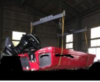 角パイプの垂直耐荷重を教えて下さい。 サイズ3.2mm厚×50×50の鋼材を用いて 画像のような感じで400kgのボートを吊ろうと思っております 角パイプは ●幅1.6m  長さ2mの真四角の枠を作る予定ですが耐荷重は何kgになりますか?  ●画像のようなT型と四角の枠だと耐火重は変わりますか?荷重が分散するのか?それともワイヤーをかけた部分の角パイプに1本に荷重がかかるのでしょうか?