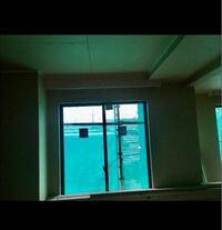 ハウスメーカーで家を建てました! 6月から内装工事に入るところなのですが、少し前に配管か電気設備の関係で天井がフラットに出来ないと言われ、設備の問題なら仕方ないかな〜と思い、その時はなるべく天井を低くせずにお願いしますと了承しました。 いざ、天井が付いてみるとかなり見た目が悪くどうしても納得がいきません。  設計時の話だと2400のLDKだったのですが、仕上がりはリビングが2400、ちょっと...