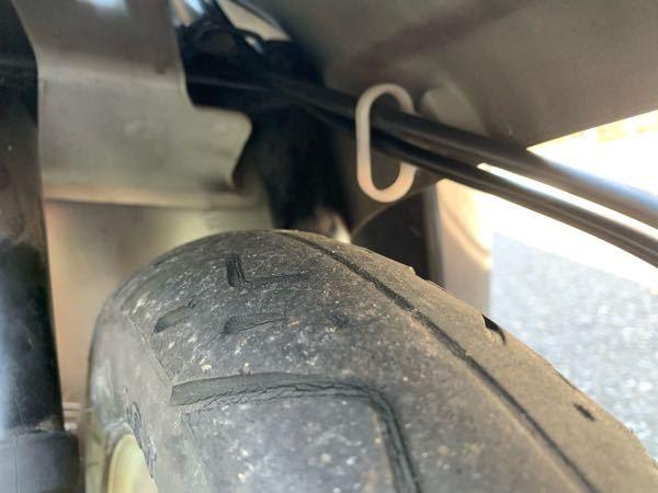 トゥデイAF61 の原付なんですが、フットカウルのスピードメーターワイヤーとブレーキワイヤーの部分がフットカウルにあたって「ガーガーガー」と音が鳴ります。どのようにすれば当たりませんか?