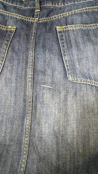 デニムのロングスカートなんですが、お尻部分に傷?のような線が入ってしまいました。 もうどうにもなりませんか? お値段はお安いのですがサイズがぴったりでお気に入りの一枚です。 材質綿100です。