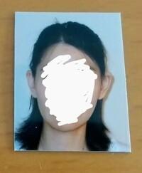 免許証うっかり失効の申請用写真について 画像の写真は、条件の上三分身を満たしているでしょうか?分かりにくいですが、ギリギリ肩は写っています。アウトな気がするのですが…><  条件:縦3センチ、横2.4センチ、正面、上三分身、無帽、無背景、6カ月以内撮影 (色つきレンズの眼鏡、カラーコンタクト等使用は不可)  免許証用の写真ではアウトそうです。不適当例のお手本そのものです。  免許...