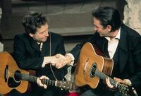 ジョニー・キャッシュについて質問です。 写真でジョニー・キャッシュが持っているギターはどのメーカーのギターか分かりませんか?