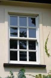 上げ下げ窓の洋風格子について 今の窓が普通の上げ下げ窓なのですが、DIYで写真のような格子を作ることは可能でしょうか。 内窓を付けるわけではなく、外から見てもこのような窓にしたいです。 今のところ思いつくのはモールディングのシールを内側に貼る。もしくはガラスシールのようなもので格子のものを探して貼る。くらいです。 しかし、モールディングのような厚みのあるものだと窓が開かなくなってしまいますかね? なにか良い方法があれば教えてください。