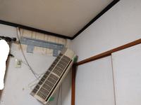 エアコン室内機が落ちてきました。室外機の下の土取って高さ調整して、家に入ったら室内機落ちてました。 どうするんですか。どうして電工さんビチビチにペアコイル切るんですか