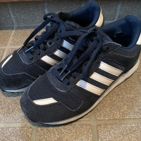 adidasのこの靴の型番を教えて下さい。 Z500?X500?みたいな感じだったと思うのですが、思い出せません。 レディースです。 詳しい方宜しくお願い致します。 アディダス スニーカー