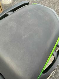 バイクシートの洗い方について質問です、 ネットで合皮製のシートの洗い方はよく見るのですが、メッシュの布製のシートは同じように洗っていいのでしょうか??  洗剤が染み込んでしまいそうで心配です。  ちなみにシートはこんな感じでかなり汚いです