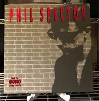 いまPhil SpectorのProduced曲を集めた 5枚組LP「Back to Mono」を 聴きながらヤラれまくっています。  このモノラルの狂った音像。 音楽が塊として襲ってくる感じ。 たまらないです。  高解像度というモノサシで音を語る人 Let it beを聴いただけで Spector批判するBeatlesファンは もったいないと思いませんか?