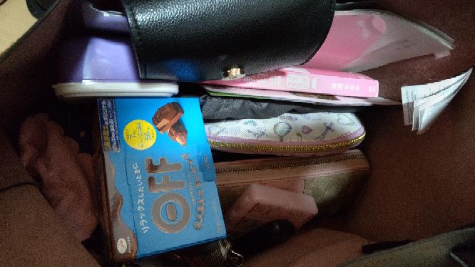 大きくて仕切りのない仕事用バッグ、どうやって中身を整理したらいいでしょうか?写真のようにごちゃごちゃしてるので、整理方法教えてください。 ・化粧ポーチ ・化粧道具以外用のポーチ(目薬、絆創膏、...