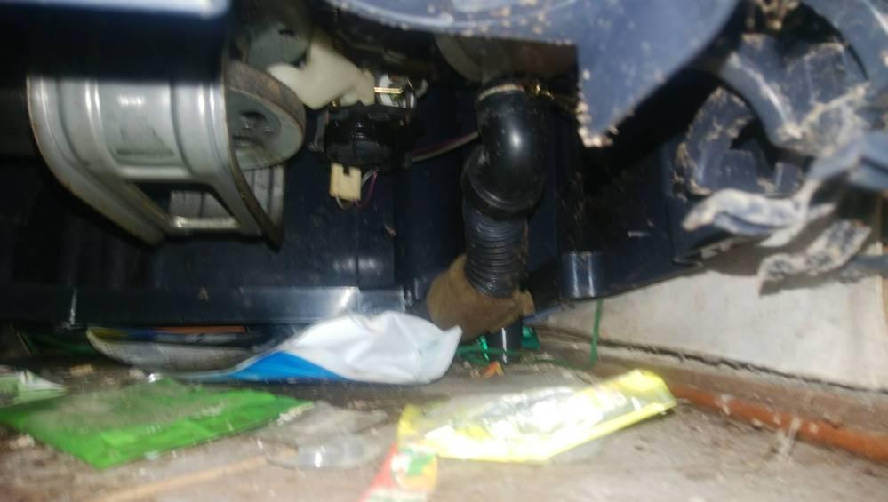 SHARP制の昔の洗濯機の排水ホースから水漏れをおこしてるらしく交換を自分でしようと思うのですが排水ホースはSHARPのなら合うのでしょうか? また詳しい方がいれば交換以外の対処法も教えて頂けま...