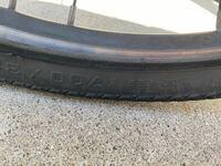 クロスバイクのタイヤがパンクして、初めてチューブ交換をしたのですが、タイヤのサイズの表記に32-622(700×32C)と書いてあって、軽くネットで調べてから700×28~32Cのチューブを購入しました。それをいざ交換して みるとチューブがタイヤからはみ出しました。空気入れたら大丈夫だろうと思って入れたら、いまにも破裂しそうな感じで断念しました。  サイズ表記にあっているチューブを買ったのに...