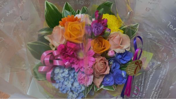 上司の退院祝いにとフラワーギフトをお願いしたところ、写真の通りのお花が届けられました。 パッと見とても綺麗なのですが、退院祝いに相応しくない青い花や、黄色い菊(敗れた恋)ピンクの菊(甘い夢)、紫陽花(枯れゆく姿がふさわしくない) 『冷淡』『無情』『辛抱強い愛情』などの意味のある花で作られていました、正直とてもじゃないけど上司に渡せません。 返金等お願いできるのでしょうか。 もう二度と利用したくないです。