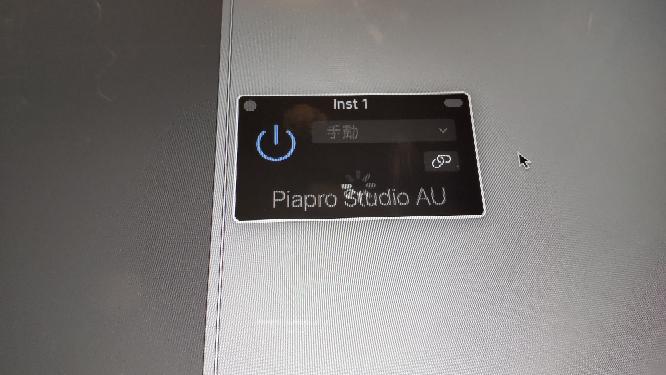 logicProでpiapro studioを開こうとすると写真のような画面でずっとぐるぐるしてます。 機械に弱いながらインストールとかは済んでるはずです。 この画面が出る原因はなんでしょうか、?