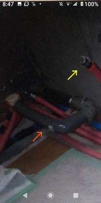 分譲マンション在住です。 古いシステムキッチンを取り外し、業者が配管の交換を致しました。   貼り付けた画像について教えて下さい。 ①黄色矢印部分は、キッチンの蛇口に接続する給湯管の解釈で宜しいのでしょうか?  ②オレンジ矢印部分ですが、このグレーの太い管はいったい何でしょうか?  参考程度に教えて下さい。 宜しくお願い致しますm(__)m