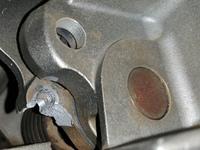 スライド丸のこ金属部分の補修  スライド丸のこのメインのヒンジ部分ですが、上限ストッパーの役割を果たすネジがもげました。 ネジ頭がストッパーになってる構造なので力がかかります。  ネジはM5で、割れた破片は見つかりません。 良い補修方法をご存知ですか。