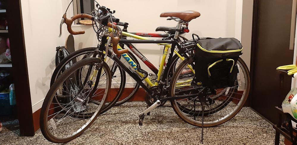 中古でアラヤの自転車を買ったのですが前の人が改造したのか、どのアラヤの自転車を見ても画像と一致しません、、、 1番近いと思ったツーリストも後ろにスプリント?(バネ?)みたいなものがついてなくて、、、 わかる人がいたら教えていただけると嬉しいです!(1番前の自転車です)