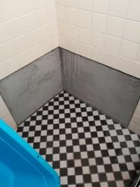 タイルが風呂場の一箇所だけ貼られていないので 自分で貼れるかどうかお聞きします。 タイル屋さんに聞いたところできるとはいうのですが自信がありません。 接着剤で貼った場合目地はどうなるのでしょうか。
