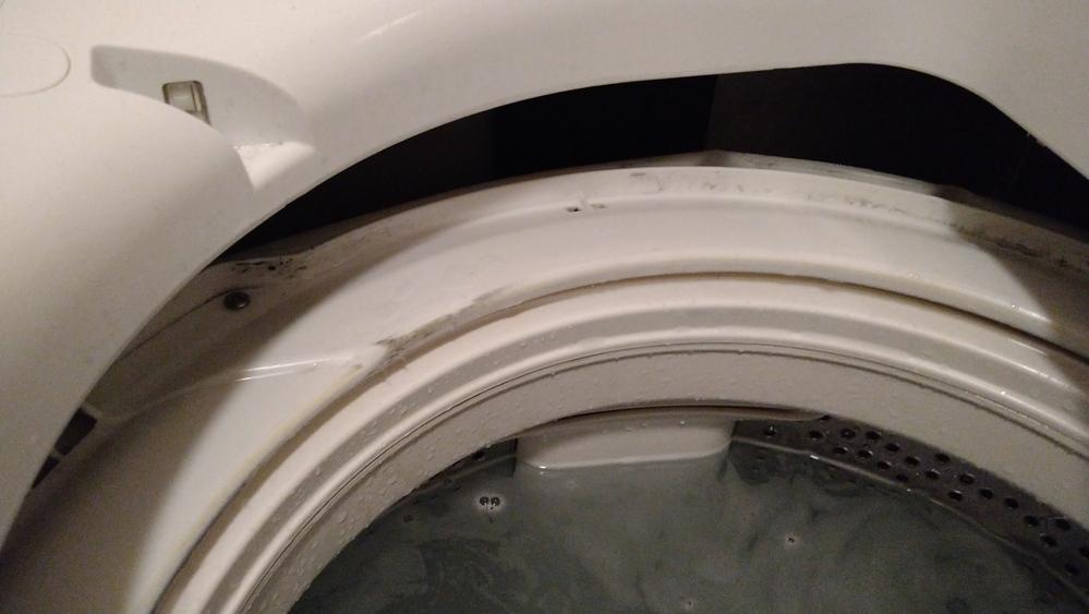 洗濯機について教えて下さい。 洗濯機内部が何故か黒く汚れて汚くなっていたため、綺麗に洗おうと洗面器で服を入れる箇所ではない周りにお湯を掛けました。 すると、下から水が、、、。 受皿?みたいなの...