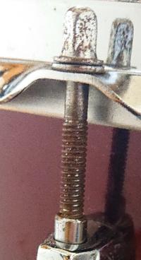 スネアのネジが錆びてて閉めにくいんですけど錆をとったら閉めやすくなるのでしょうか?錆はどうやってとればいいんでしょうか?そもそももう交換した方がいいんでしょうか?