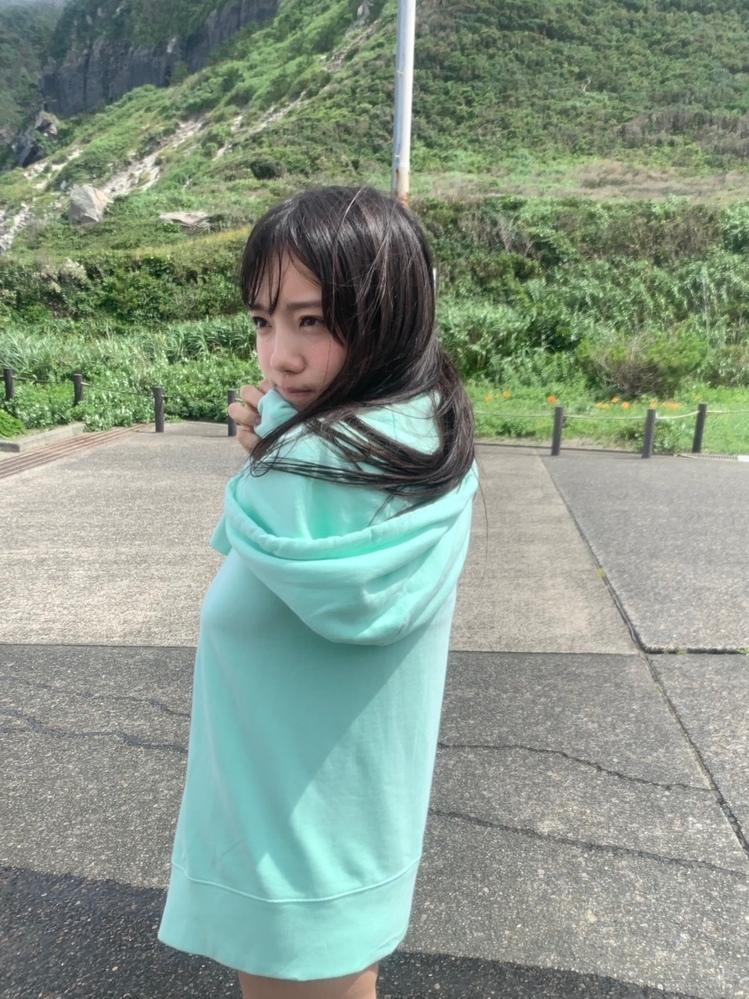 こちら、日向坂46の齊藤京子さんの公式ブログに載っていた写真です。 頭と身体のバランスに違和感を感じてパーカーの下の姿勢を予想してみたのですが、まったく予測がつかず…。 どういう姿勢かおわかりの方、ご教示ください。 https://www.hinatazaka46.com/s/official/diary/detail/39469?ima=0000