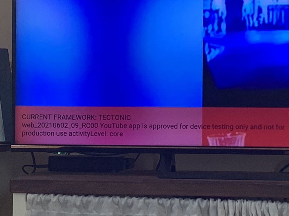 テレビでYouTubeを観ていますが、突然左下に画像の赤い背景の文章が表示されした。 何故?どう