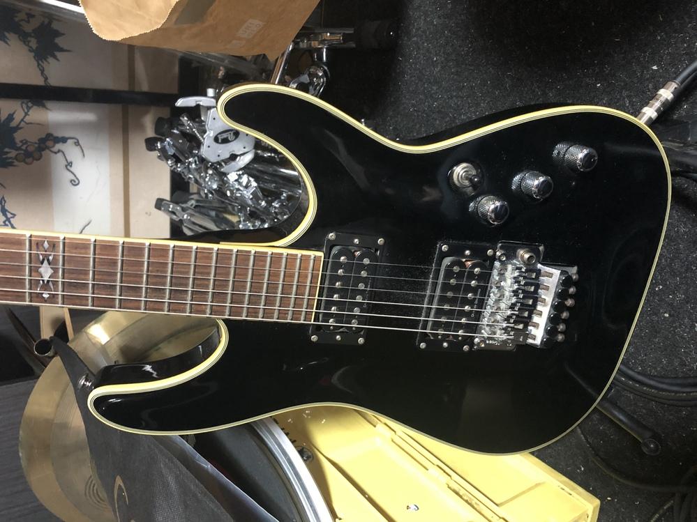 シェクターのエレキギターについて質問です。画像のモデルの定価、中古のおよその売買価格を知りたいです。 ヘッド表には、schecter diamond series c-1 FR ヘッド裏には0338401 と記載があります。 傷や凹みはありません。 とても綺麗です。