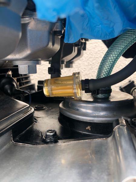 バイクのガソリン変色について分かる方がいたら教えて下さい。 フィルターの中のガソリンが黄色に変色してしまいます。 以下の点は確認済みです •燃料タンク内のガソリンは古くない •燃料タンク内のガ...