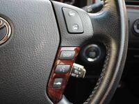 ゼロクラウン 18クラウンの純正ステアリングの右一番下のボタンは何に使うのですか? おそらくレーダークルーズコントロール関係かなと思うのですが、クルコンのレバーは別でありますし、なんなのでしょうか?