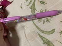 このボールペンの替え芯は何のメーカーでしょうか? ディズニーリゾートのお土産で友人から貰ったものですが、気に入ったので替芯を購入したいです。 ちなみに今入っている芯には 【ZEBRA⠀JF 0.5 JAPAN 1905】 と書かれています