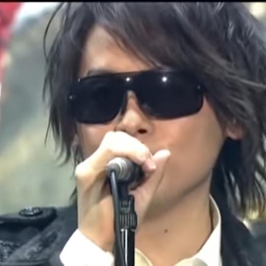 2007年に行われたLUNA SEAのライブ GOD BLESS YOU〜One Night Dejavu〜 にて、 RYUICHI(河村隆一)が最初の2曲で着けている サングラスについて、 ど...