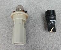プリウス30系、後期のナンバー灯の交換について。 ナンバー灯を交換しようとしたところ、添付画像の左側の電球が取り外せません。 これは電球がついてある、下の道具を新しく購入しないと添付画像の右側のLEDランプは取り付けれない仕様になっているのでしょうか? ご回答お願い致します。
