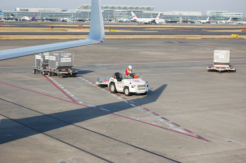 空港で働く車「タグカー」はなぜ運転席が左側なのでしょうか? 子供の図鑑など見ると、日本の空港でも左ハンドルのタグカーが掲載されており不思議に思いました。 何か理由があるのでしょうか? 子供にも説明したいので、教えて頂けると助かりますm(*_ _)m